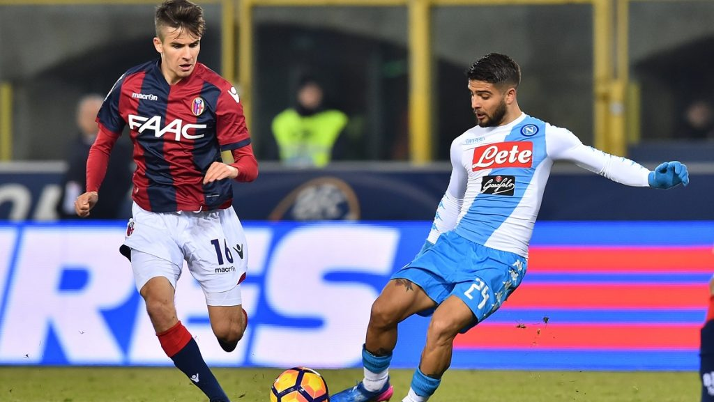 """Napoli's midfielder from Italy Lorenzo Insigne (R) fights for the ball with Bologna's midfielder Nagy Adam during the Italian Serie A football match Bologna vs Napoli at """"Renato Dall'Ara Stadium"""" in Bologna on February 4, 2017.  / AFP PHOTO / GIUSEPPE CACACE"""