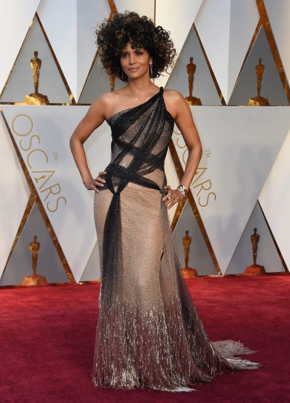 Halle Berry arrives on the red carpet for the 89th Oscars on February 26, 2017 in Hollywood, California.  / AFP PHOTO / VALERIE MACON