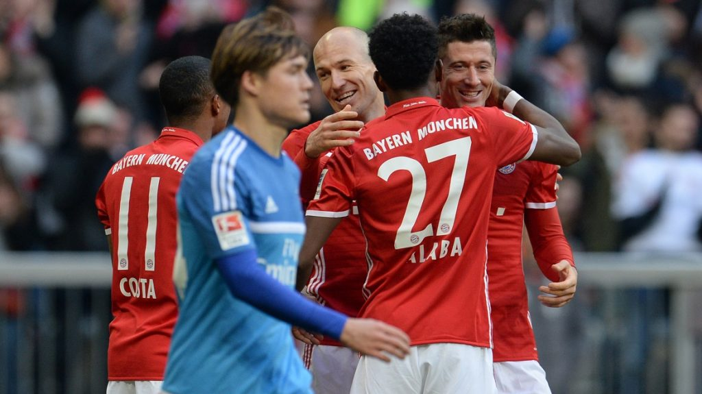 David Alaba (2.f.R) from Munich celebrates his 5-0 goal with Arjen Robben (3.f.R) and Robert Lewandowski (R) during the German Bundesliga soccer match between Bayern Munich and Hamburger SV in the Allianz Arena in Munich,Germany, 25 February 2017.   (EMBARGOCONDITIONS - ATTENTION - Due to the accreditation guidelines, the DFLonly permits the publication and utilisation of up to 15 pictures per match on the internet and in online media during the match) Photo: Andreas Gebert/dpa