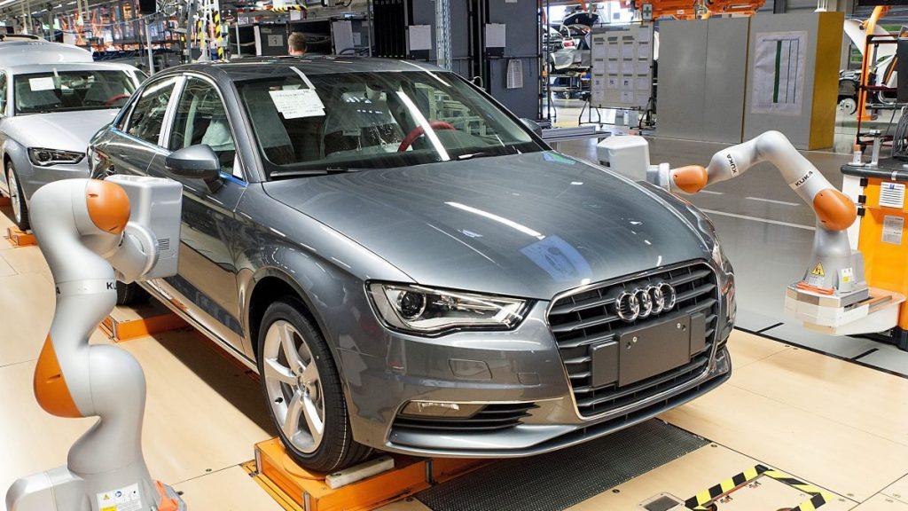 Gyõr, 2016. június 2. KUKA iiwa R820 típusú robotok az Audi Hungaria Motor Kft. gyõri gyárában 2016. június 2-án. A robotból, amelyeket az autók fugáinak és az alkatrészek illeszkedésének mérésére használják, kettõt állítottak üzembe. A berendezések a nehezen elérhetõ helyeken mérnek, amellyel a munkafolyamat felét veszik át a dolgozóktól. Ez autónként a munkaidõ felét, naponta 14 ezer mérést jelent. MTI Fotó: Krizsán Csaba