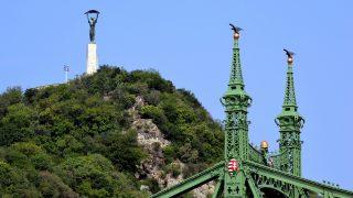 Budapest, 2012. július 4. A Szabadság híd részlete, háttérben a Gellért-hegy a Szabadság szoborral. MTVA/Bizományosi: Róka László  *************************** Kedves Felhasználó! Az Ön által most kiválasztott fénykép nem képezi az MTI fotókiadásának, valamint az MTVA fotóarchívumának szerves részét. A kép tartalmáért és a szövegért a fotó készítõje vállalja a felelõsséget.