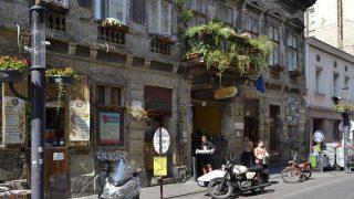 Budapest, 2015. augusztus 15. Régi motorkerékpárok állnak az egykori Szimpla kertmozi helyén létesült Szimpla Kert nevû romkocsma romos épülete elõtt a fõváros VII. kerületében, a Kazinczy utcában. MTVA/Bizományosi: Róka László  *************************** Kedves Felhasználó! Az Ön által most kiválasztott fénykép nem képezi az MTI fotókiadásának, valamint az MTVA fotóarchívumának szerves részét. A kép tartalmáért és a szövegért a fotó készítõje vállalja a felelõsséget.