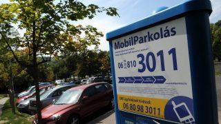 Budapest, 2012. július 31. Mobilparkolás telefonszáma olvasható egy parkolóautomatán Budán, a Dózsa György térnél 2012. augusztus 3-án. MTI Fotó: Földi Imre