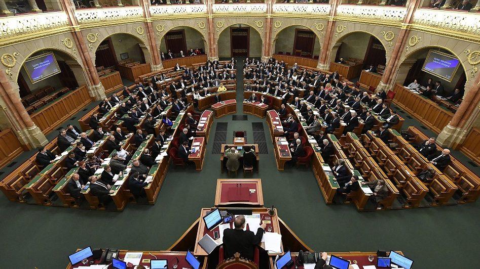 Budapest, 2017. február 21. A közigazgatási ügyintézéshez kapcsolódó egyes illetékek és díjak megszüntetésérõl szavaznak a képviselõk az Országgyûlés plenáris ülésén 2017. február 21-én. MTI Fotó: Illyés Tibor