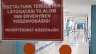 Nyíregyháza, 2017. január 12. Látogatási tilalomról tájékoztató felirat a Jósa András Oktatókórház gyermekosztályának folyosóján Nyíregyházán 2017. január 12-én. A Szabolcs-Szatmár-Bereg megyében szaporodó influenzás megbetegedések és hurutos, légúti fertõzések miatt továbbra is érvényben van a részleges látogatási tilalom a Szabolcs-Szatmár-Bereg Megyei Kórházak és Egyetemi Oktatókórház Jósa András Oktatókórházának szülészet-nõgyógyászati osztályán, gyermekosztályán és újszülött részlegén. MTI Fotó: Balázs Attila