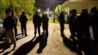 Gyöngyöspata, 2011. április 27.Eszes Tamás, a Véderő vezetője (b) áll egy rendőrség által lezárt utca elején a Heves megyei Gyöngyöspatán, ahol négyen sérültek meg a 2011. április 26-án este kitört verekedésben. Az elsődleges megállapítások szerint az egyik sérült állapota súlyos, a többieké könnyebb. Gyöngyöspatán este - eddig tisztázatlan körülmények között - verekedés tört ki a Véderő elnevezésű szervezet és a helyi romák egy-egy csoportja között. A településen több embert is előállítottak.MTI Fotó: Komka Péter