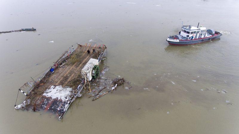 Sarud, 2017. február 16. Drónnal készült felvételen egy jégtörõ hajó érkezik 2017. február 16-án a tiszai jégzajlásban Tiszacsegérõl elsodródott komphoz a Sarudi-medencében, hogy elvontassa kiskörei kikötõbe. MTI Fotó: Ruzsa István