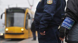 Budapest, 2011. január 11.A BKV jegyellenőre és egy közterület-felügyelő a Jászai Mari téri villamosmegállóban várja a szerelvényt.  Január 11-étől közterület-felügyelők is részt vesznek a jegyek és a bérletek ellenőrzésében egyes villamos- és buszvonalakon, feladatuk a BKV ellenőreinek segítése. Egy három hónapos kísérleti időszak indult el, húsz közterület-felügyelő a nagykörúti villamosokon, valamint a 7-es és 173 buszjáratokon segíti a munkát. A BKV ellenőreinek nincsenek jogosítványaik a fellépésre, a közterület-felügyelőknek viszont egy jogszabály-módosítás miatt van, így igazoltathatják az utasokat.MTI Fotó: Máthé Zoltán