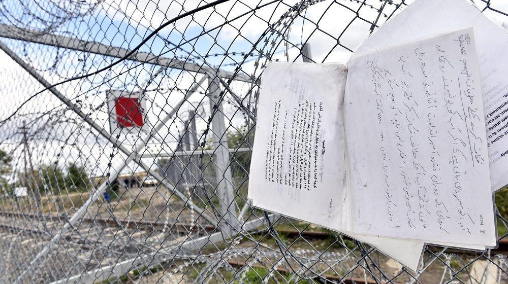 Röszke, 2016. október 13. Idegen nyelven írt útbaigazító feliratok, amelyek a legközelebbi tranzitzóna felé irányítják a migránsokat a Röszke közelében lévõ vasúti határátkelõ kerítésén 2016. október 13-án. A V4 tagállamok határrendészeti együttmûködésének keretében 2016 szeptemberében 25 lengyel rendõr és 24 határõr érkezett Magyarországra, feladatuk a határátkelõhelyek közötti ideiglenes biztonsági határzárral biztosított zöld határ õrzése, gyalogos, gépkocsizó járõrszolgálat és figyelõ szolgálat ellátása. MTI Fotó: Máthé Zoltán