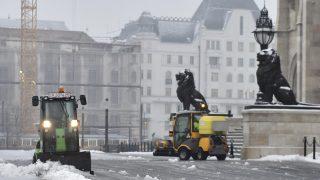 Budapest, 2017. február 1. Takarítják a havat Budapesten, a Parlament elõtt 2017. február 1-jén. MTI Fotó: Máthé Zoltán