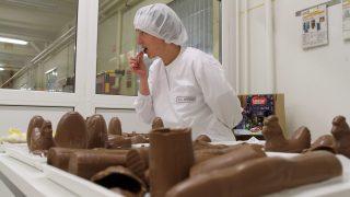 Diósgyõr, 2012. október 15. Koós Katalin élelmiszer-biztonsági felügyelõ csokoládét kóstol a Nestlé Hungária Kft. diósgyõri üregesfigura-gyártó üzemében 2012. október 15-én. MTI Fotó: Vajda János