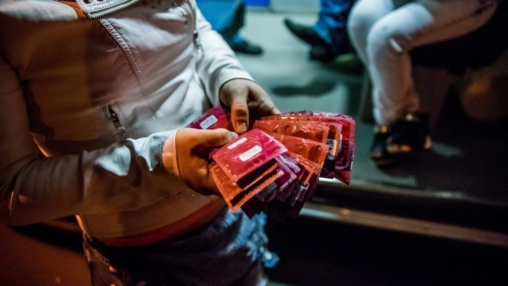 Bukarest, 2016. május 17. Egy Bukarest utcáin dolgozó szexmunkás az AIDS terjedése ellen küzdõ Asociata Romana Anti-Sida (ARAS) romániai alapítványtól kapott óvszerekkel a kezében 2016. május 16-án. Az ARAS-t fiatal önkéntesek alapították 1992-ben, céljuk a tájékoztatás az AIDS-fertõzés veszélyeirõl és a HIV-vírus terjedésének megállítása. MTI Fotó: Balogh Zoltán