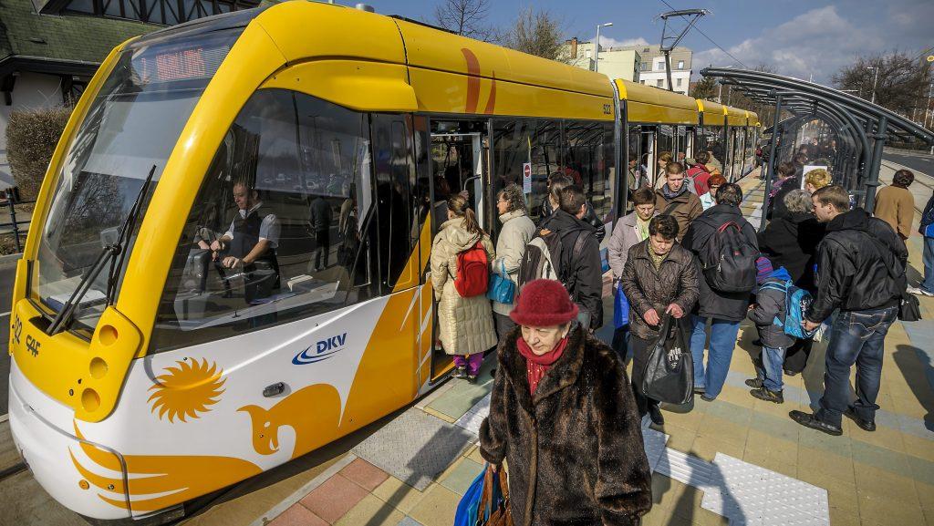 Debrecen, 2014. február 26. A spanyol Construcciones y Auxiliar de Ferrocarriles (CAF) által gyártott villamos az egyik megállóhelyen az új 2-es villamosvonalon Debrecenben 2014. február 26-án. Ezen a napon adták az új 2-es villamosvonalat. MTI Fotó: Czeglédi Zsolt