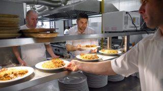 Hortobágy, 2015. február 19. Szakácsok dolgoznak a Hortobágyi Csárda konyháján a Torkos csütörtök akció napján, 2015. február 19-én. Az elmúlt tíz évben az akció elindulása óta országszerte közel másfélmillióan tértek be a részt vevõ éttermek valamelyikébe a Torkos csütörtökön. MTI Fotó: Czeglédi Zsolt