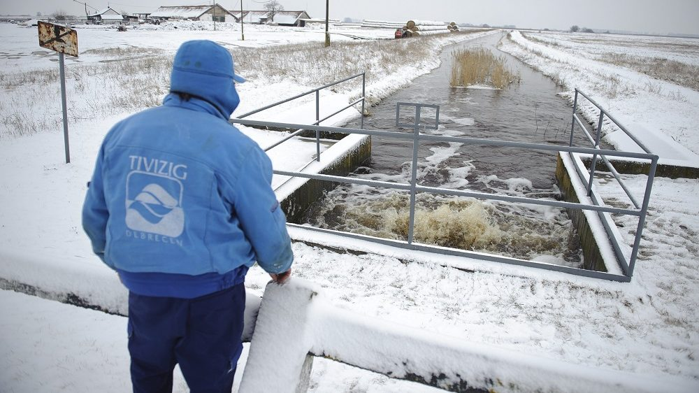 Nádudvar, 2017. február 8. A Tiszántúli Vízügyi Igazgatóság (Tivizig) egyik munkatársa a Makkod-laposi-csatornánál lévõ szivattyúháznál ellenõrzi a befogadó csatornába átszivattyúzott belvizet Nádudvar közelében 2017. február 8-án. MTI Fotó: Czeglédi Zsolt