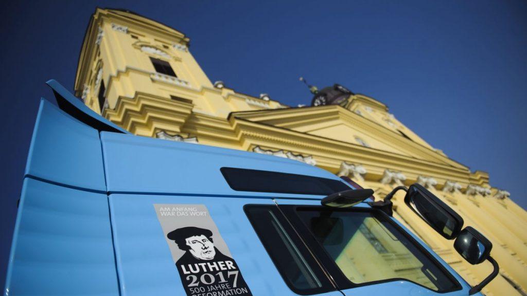 Debrecen, 2017. január 30. Az Európai Protestáns Egyházak Közösségének (GEKE) kezdeményezésére, a reformáció 500 éves jubileuma alkalmából érkezett kamion a debreceni Kossuth téren 2017. január 30-án. A 2016 novemberében útnak indult kamion tizenkilenc ország hatvanhét városát érinti és interaktív kiállítótérben mutatja be a reformáció történetében meghatározó szerepet betöltõ európai városokat. A kiállítást február 1-ig lehet megtekinteni. MTI Fotó: Czeglédi Zsolt