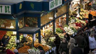 Budapest, 2013. március 26. Vásárlók a Fõvám téri Nagycsarnokban (hivatalos nevén Központi Vásárcsarnok) 2013. március 26-án, amelyet a CNN Travel Európa legkedveltebb és legszebb piacának választott meg. MTI Fotó: Mohai Balázs