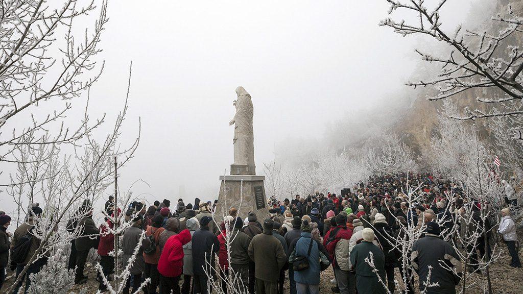 Pilisszántó, 2016. december 21.Résztvevők Máhr Ferenc szobrász Áldást osztó Jézus szobrának avatásán Pilisszántón 2016. december 21-én.MTI Fotó: Mohai Balázs