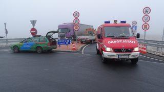 Nagylak, 2017. február 15. Teljes útzár Nagylaknál, az M43-as autópályán történt négy halálos áldozattal járó tömegbaleset helyszíne közelében lévõ felhajtónál 2017. február 15-én. Az elsõdleges adatok szerint két román kamion, két kisteherautó, egy román busz és két bolgár kisteherautó ütközött össze. A balesetben négyen meghaltak, tizenegyen megsérültek. MTI Fotó: Donka Ferenc