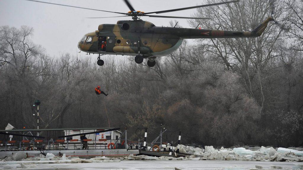 Tiszai árhullám - Kimentették a jégbezárt tiszacsegei kompon tartózkodó férfit