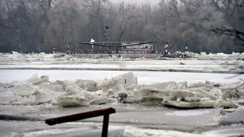 Árvíz - A jeges ár elsodort egy kompot és rajta egy embert