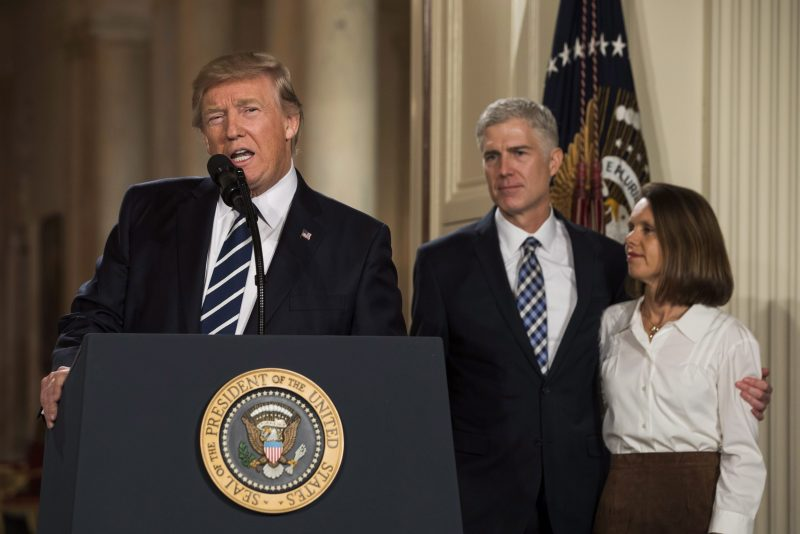 Washington, 2017. február 1. Donald Trump amerikai elnök bejelenti, hogy Neil Gorsuch coloradói konzervatív bírót (k) jelöli az alkotmánybíróság szerepét is betöltõ szövetségi legfelsõbb bíróság tagjává a washingtoni Fehér Ház Keleti termében 2017. január 31-én. Gorsuch mellett a felesége, Marie Louise. (MTI/EPA/Jim Lo Scalzo)