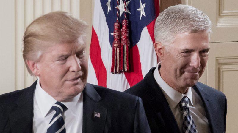 Washington, 2017. február 1. Donald Trump amerikai elnök (b), miután bejelentette, hogy Neil Gorsuch coloradói konzervatív bírót (j) jelöli az alkotmánybíróság szerepét is betöltõ szövetségi legfelsõbb bíróság tagjává a washingtoni Fehér Ház Keleti termében 2017. január 31-én. (MTI/EPA/Michael Reynolds)