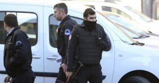Isztambul, 2017. február 1. Az isztambuli Cerrahpasa kórház elõtt rendõrök 2017. február 1-jén, miután egy pszichiátriai kezelés alatt álló fegyveres rendõr öngyilkossággal fenyegetõzve bezárkózott az intézmény egyik szobájába. (MTI/AP/Lefterisz Pitarakisz)