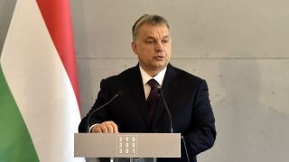 Budapest, 2017. február 25. Orbán Viktor miniszterelnök beszédet mond a Nemzeti Örökség Intézetének (Nöri) megemlékezésén a Rákoskeresztúri új köztemetõ látogatóközpontjában a kommunizmus áldozatainak emléknapján, 2017. február 25-én. MTI Fotó: Máthé Zoltán