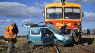Hajdúböszörmény, 2017. február 25. Összeroncsolódott személyautó egy személyvonat elõtt a Hajdúböszörményhez tartozó Hajdúvid vasúti átjárója közelében 2017. február 25-én, miután a két jármû összeütközött. Az autóvezetõje meghalt, a tûzoltók feszítõvágó berendezéssel emelik ki a roncsokból. A személyvonat utasai közül senki nem sérült meg. MTI Fotó: Czeglédi Zsolt