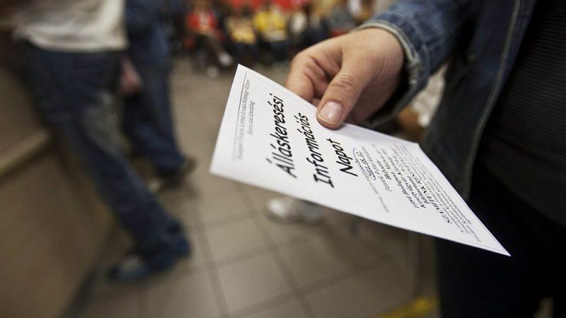 Budapest, 2011. augusztus 1.Egy álláskereső információs szórólapot olvas a Budapest Főváros Kormányhivatala Munkaügyi Központjának Baross utcai kirendeltségében. A Központi Statisztikai Hivatal (KSH) közlése szerint a munkanélküliségi ráta 2011. második negyedévében az első negyedévi 11,6 százalékról és az egy évvel korábbi 11,1 százalékról 10,8 százalékra csökkent.MTI Fotó: Szigetváry Zsolt