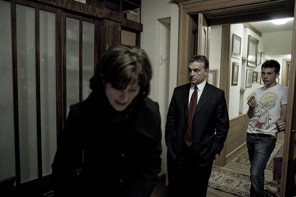Budapest, 2010. április 20.Kép az albumból, amely a Fidesz elnökének választási körútjáról Egy kampány krónikája - Orbán Viktor 2010 címmel jelenik meg április 29-én, a kiadvány ezt követően lesz kapható a nagyobb könyvesboltokban. A pártelnök Facebook-bejegyzéseiben az olvasható, hogy március 15. és április 25. között Burger Barna fotográfus mindenhová elkísérte Orbán Viktort. A kép csak a hír illusztrálásához használható fel.MTI Fotó: Burger Barna