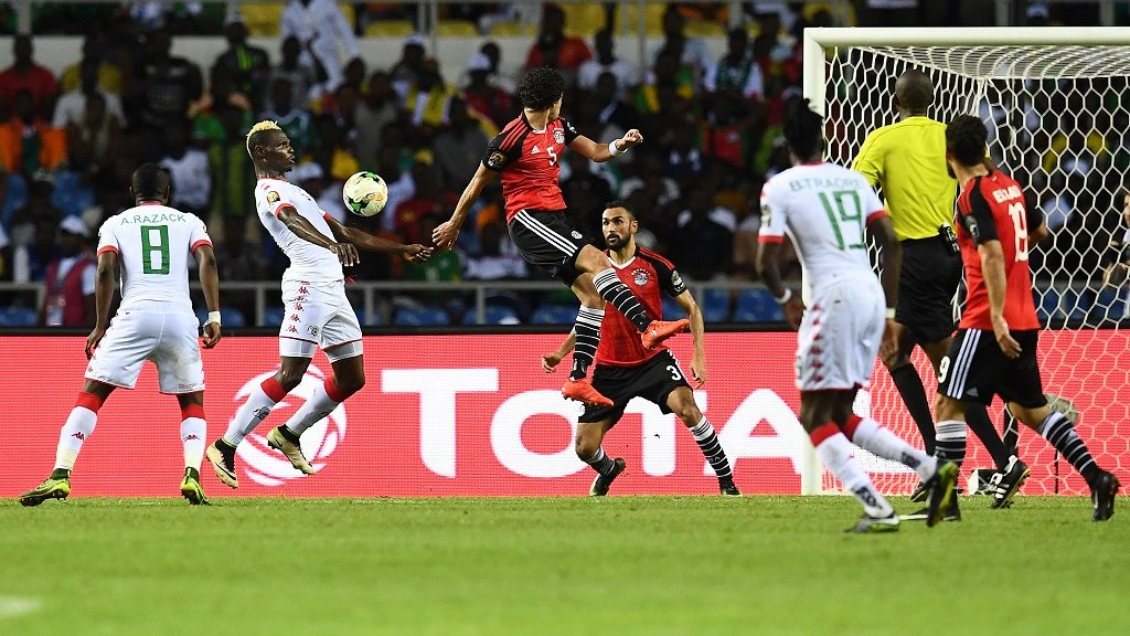 Burkina Faso's forward Aristide Bance (2nd-L) controls the ball before scoring a goal during the 2017 Africa Cup of Nations semi-final football match between Burkina Faso and Egypt at the Stade de l'Amitie Sino-Gabonaise in Libreville on February 1, 2017. / AFP PHOTO / GABRIEL BOUYS