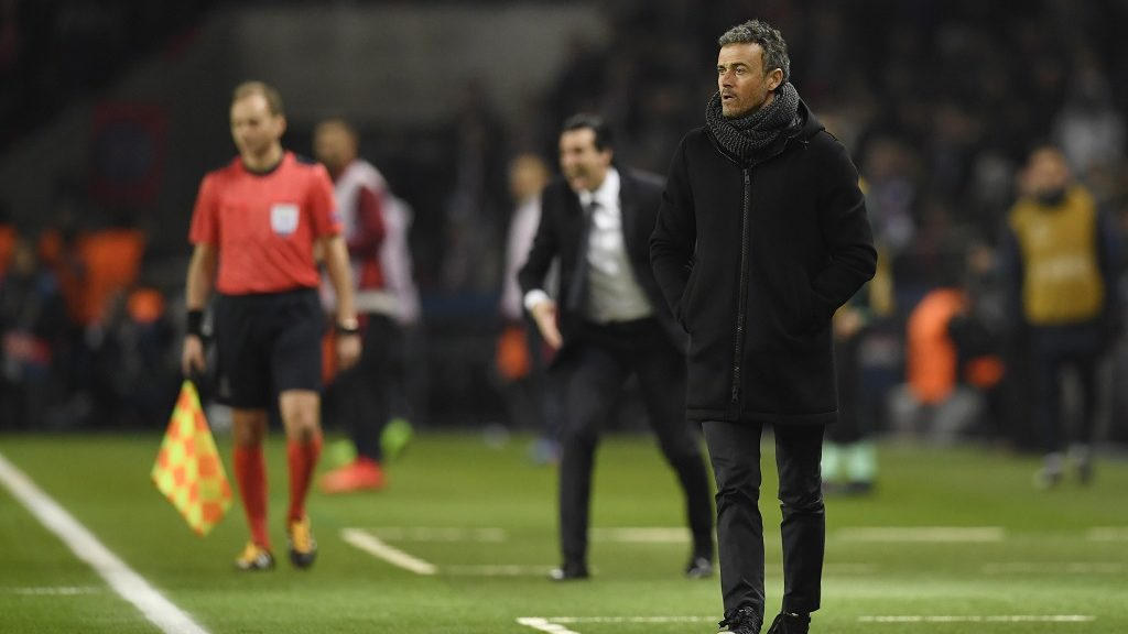 Barcelona's coach Luis Enrique looks on during the UEFA Champions League round of 16 first leg football match between Paris Saint-Germain and FC Barcelona on February 14, 2017 at the Parc des Princes stadium in Paris. / AFP PHOTO / CHRISTOPHE SIMON