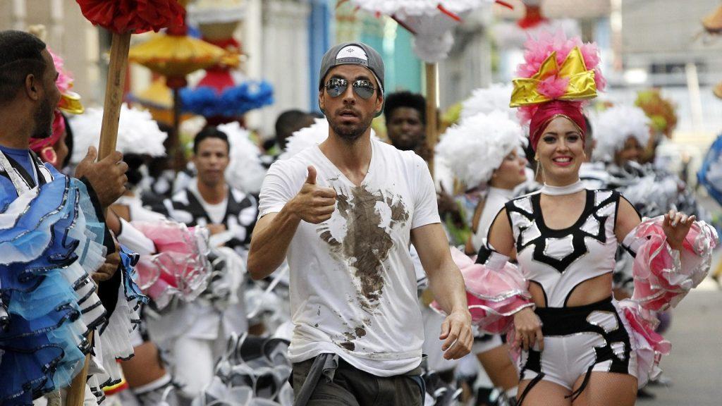 """HAB101 LA HABANA (CUBA), 10/01/2017-. El cantante español Enrique Iglesias participa hoy, martes 10 de enero de 2017, en la filmación del videoclip de su sencillo """"Súbeme la radio"""", en La Habana (Cuba). Iglesias filma en Cuba el videoclip de su sencillo """"Súbeme la radio"""", en el que canta junto al artista cubano Descemer Bueno y el dúo puertorriqueño Zion y Lenox. EFE/Ernesto Mastrascusa"""