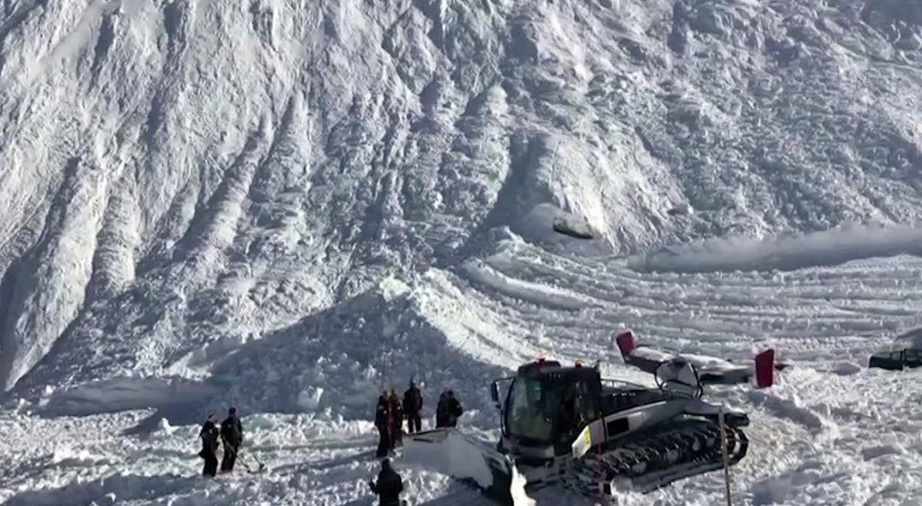 Tignes, 2017. február 13. Videofelvételrõl készített képen mentõegységek kutatnak túlélõk után a francia Alpokban fekvõ Tignes település közelében 2017. február 13-án, miután kilenc embert elsodort egy lavina a délelõtt folyamán. Legkevesebb négy ember életét vesztette, a többieket továbbra is keresik. (MTI/AP)