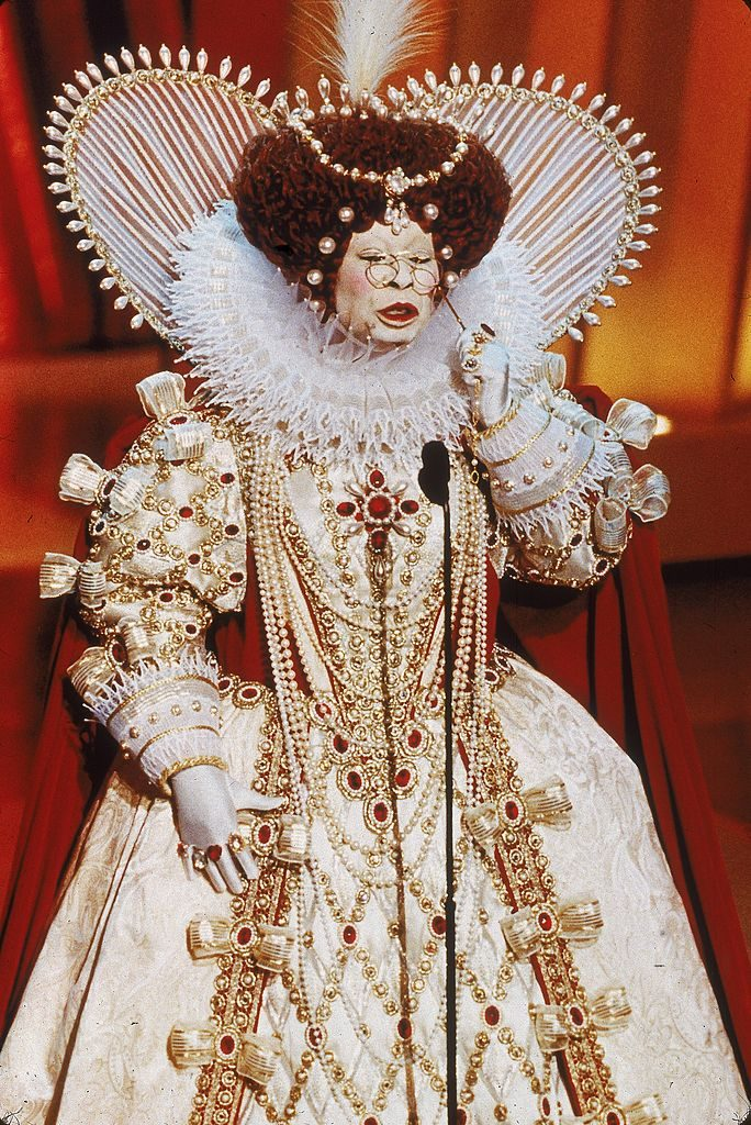 21st March 1999:  American actor and comedian Whoopi Goldberg delivers her opening monologue dressed as Queen Elizabeth I, while hosting the 71st Annual Academy Awards, Los Angeles, California.  (Photo by Munawar Hosain/Fotos International/Getty Images)