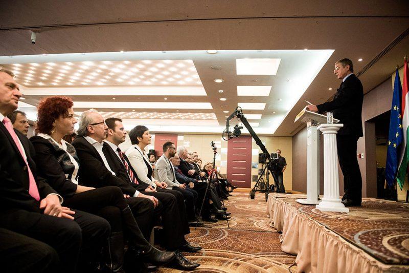 Budapest, 2017. február 4.Gyurcsány Ferenc, a Demokratikus Koalíció elnöke évértékelő beszédét tartja a fővárosi Hilton Budapest City szállodában 2017. február 4-én. Az első sorban Varju László (b), Vadai Ágnes (b2) és Niedermüller Péter (b3), a Demokratikus Koalíció (DK) alelnökei, Molnár Csaba, a DK ügyvezető alelnöke (b4) és Dobrev Klára, Gyurcsány Ferenc felesége (b5).MTI Fotó: Balogh Zoltán
