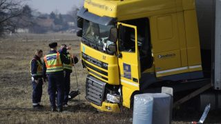 Budapest, 2017. február 13. Rendõrök helyszínelnek egy összetört gépjármûnél az M5-ös autópálya 23. kilométerénél, ahol két személyautó és egy kamion ütközött össze 2017. február 13-án. A balesetben egy ember meghalt, egy pedig megsérült. MTI Fotó: Mihádák Zoltán