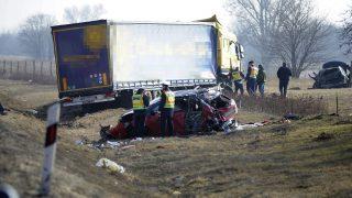 Budapest, 2017. február 13. Rendõrök helyszínelnek összetört gépjármûveknél az M5-ös autópálya 23. kilométerénél, ahol két személyautó és egy kamion ütközött össze 2017. február 13-án. A balesetben egy ember meghalt, egy pedig megsérült. MTI Fotó: Mihádák Zoltán