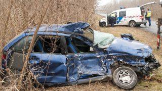 Bõny, 2017. február 20. Összeroncsolódott személyautó Bõny és Bõny-Szõlõhegy között 2017. február 20-án, miután a jármû összeütközött egy teherautóval. A balesetben a személyautó vezetõje meghalt. MTI Fotó: Krizsán Csaba