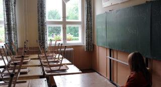 Szentes, 2011. június 24.Pedagógus ül egykori termében a szentesi Damjanich János Általános Iskola egyik tantermében. A szentesi képviselőtestület május végén döntött arról, hogy az 1955-ben épült általános iskolát bezárják. A diákok szeptembertől a Deák Ferenc Általános Iskolában folytathatják tanulmányaikat.MTI Fotó: Kelemen Zoltán Gergely