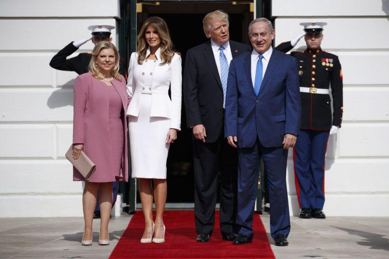 Washington, 2017. február 15. Donald Trump amerikai elnök (j2) felesége, Melania (b2) társaságában fogadja Benjámin Netanjahu izraeli kormányfõt (j) és feleségét, Sara Netanjahut a washingtoni Fehér Házban 2017. február 15-én. (MTI/AP/Evan Vucci)