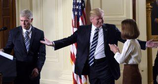 Washington, 2017. február 1. Donald Trump amerikai elnök (k) Neil Gorsuch coloradói konzervatív bíró (b) feleségére, Marie Louise-ra mosolyog a washingtoni Fehér Ház Keleti termében 2017. január 31-én, miután bejelentette, hogy Gorsuchot jelöli az alkotmánybíróság szerepét is betöltõ szövetségi legfelsõbb bíróság tagjává. (MTI/AP/Susan Walsh)