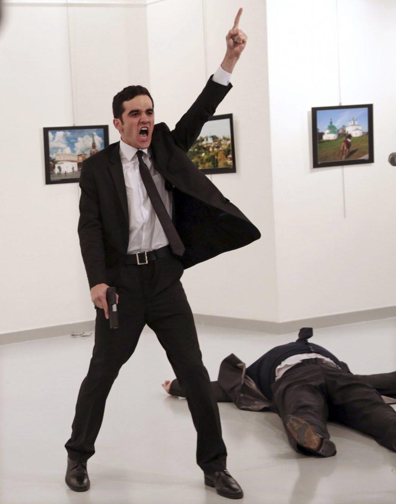 Ankara, 2017. február 13. 2016. december 19-én készített kép, amelyen Mevlüt Mert Altintas szolgálaton kívüli török rendõr kiabál, miután lelõtte Andrej Karlov törökországi orosz nagykövetet egy ankarai galériában rendezett fotókiállítás megnyitóünnepségén. Karlov belehalt sérüléseibe, a merénylõt agyonlõtték. Ezzel a képpel Burhan Ozbilici, az Associated Press fotóriportere elnyerte a fõdíjat, az Év Sajtófotója díjat a World Press Photo nemzetközi sajtófotóversenyen 2017. február 13-án. A kép annak a sorozatnak is része, amellyel Ozbilici elnyerte a hírkép sorozat kategória elsõ díját is. (MTI/AP/Burhan Ozbilici)