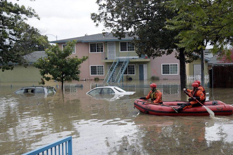 San José, 2017. február 22. Gumicsónakkal közlekednek egy mentõcsapat tagjai a kaliforniai San José egyik elöntött utcáján 2017. február 21-én. A városban és környékén házak százait öntötte el a heves esõzések keltette árvíz. (MTI/AP/Marcio Jose Sanchez)