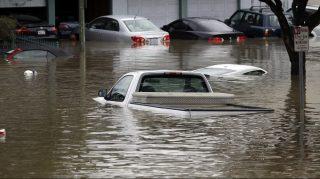 San José, 2017. február 22. Elmerült személyautó a kaliforniai San José egyik elöntött utcáján 2017. február 21-én. A városban és környékén házak százait öntötte el a heves esõzések keltette árvíz. (MTI/AP/Marcio Jose Sanchez)