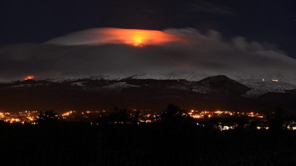 Catania, 2015. február 2. Izzó lávát lövell ki magából az Etna, Európa legnagyobb és legaktívabb vulkánja a szicíliai Catania város közelében 2015. február 2-án hajnalban. (MTI/EPA/Davide Cautullo)