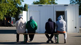 Berlin, 2015. szeptember 9. Migránsok várakoznak, hogy nyilvántartásba vegyék õket egy menekültek befogadására kialakított sátortáborban Berlinben 2015. szeptember 9-én. A 600 fõ elszállásolására képes központba az elmúlt napokban több mint 300 menedékkérõ érkezett. (MTI/EPA/Gregor Fischer)