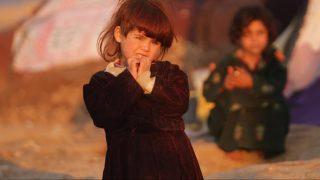Herát, 2015. november 26.  Fegyveres konfliktusos övezetbõl érkezett afgán gyerekek egy belföldi menekültek számára létrehozott ideiglenes táborban, az északnyugat-afganisztáni Herátban 2015. november 26-án. Az ENSZ Menekültügyi Fõbiztosságának (UNHCR) becslése szerint az otthonukat elhagyni kényszerülõ afgánok száma 2015 végére elérheti a kilencszázezret. (MTI/EPA/Dzsalil Rezaji)
